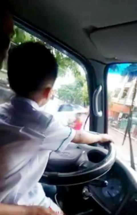 Bé trai đánh lái vào cua khiến người xem rùng mình.