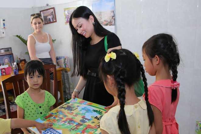 Hà Phương dẫn 2 con gái (bìa phải) đến thăm và trao quà cho trẻ mồ côi tại chùa Diệu Giác (TP HCM) cách đây không lâu.