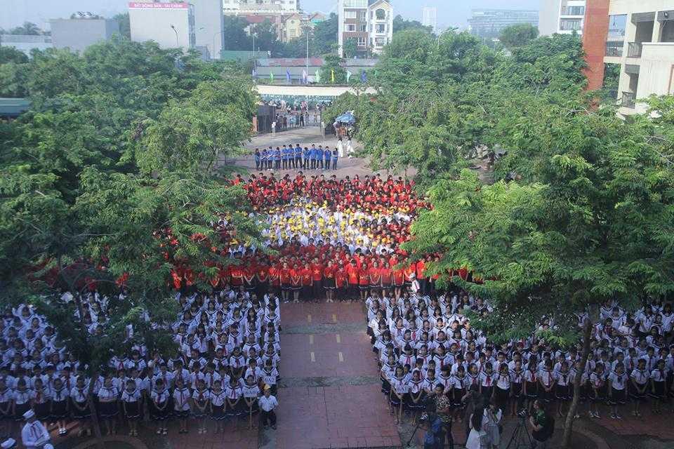 Học sinh trường THPT Lương Thế Vinh mặc áo cờ đỏ xếp hình cờ Tổ quốc