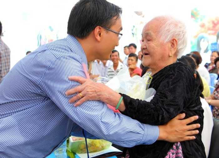 Hiệu trưởng Bùi Gia Hiếu đã tặng quà và ân cần hỏi han mẹ Trần Thị Cách.
