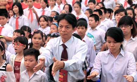 Phần chào cờ, hát quốc ca bằng tay của học trò và thầy Trường THCS Xã Đàn, quận Đống Đa, Hà Nội (Ảnh: Tổ quốc)