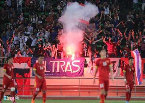 Cổ động viên Thái Lan đốt pháo sáng trên sân (Nguồn: Zing)