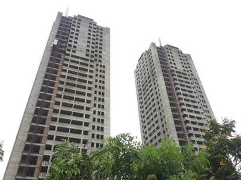Hai tòa tháp chung cư cao 29 - 33 tầng của CTCP Bất động sản AZ (AZ Land) trên ô đất được HUD chuyển nhượng, chậm tiến độ mới chỉ hoàn thiện thô.