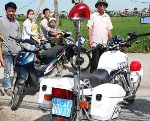 CSGT bỏ lại chiếc xe mô tô chuyên dụng sau vụ tai nạn. Ảnh: Hoàng Trường
