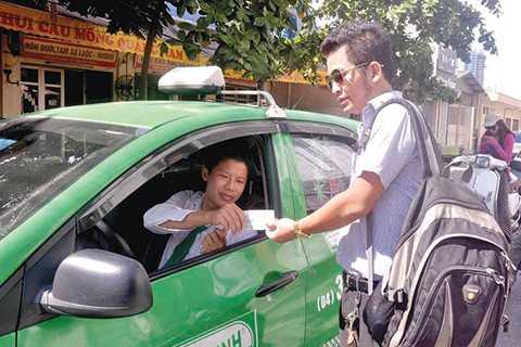 Hành khánh đang mong đợi taxi giảm giá cước . - Ảnh: Tạ Tôn