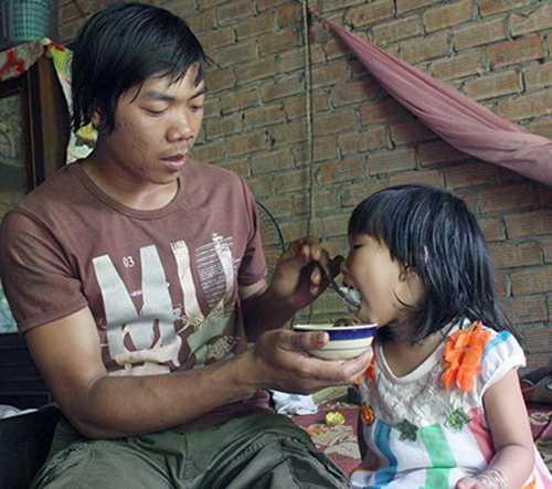 Anh Nguyễn Tấn Đại cùng đứa con gái bé bỏng của mình. Ảnh: VŨ HỘI
