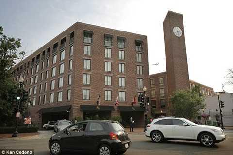 Khách đặt phòng tại khách sạn Four Seasons buộc phải di chuyển tới các khu nghỉ dưỡng khác.