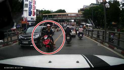 Nam thanh niên điều khiển xe máy lấn làn, đi với tốc độ cao (Ảnh cắt từ clip)