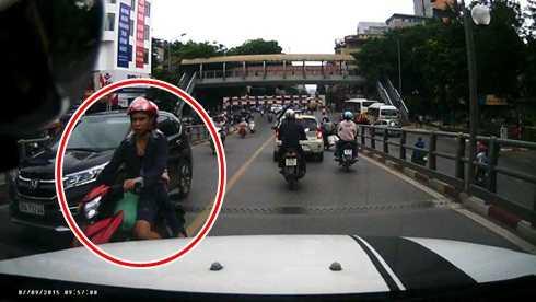 Phát hiện ô tô, người này đánh lái, đâm gãy gương chiếu hậu ô tô (Ảnh cắt từ clip)