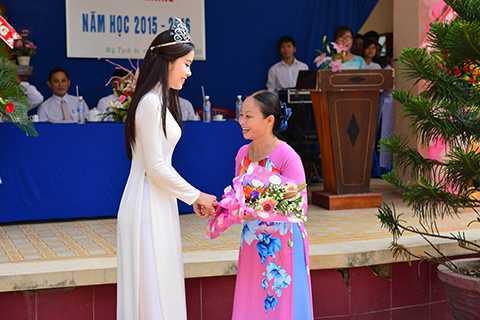 Nhằm tri ân công ơn và tình cảm lớn lao của các thầy cô, Nam Em đã gửi tặng bó hoa đến cô Trần Thị Kim Đào - Hiệu trưởng trường THPT Thủ Khoa Huân (Tiền Giang).