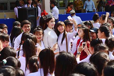 Trước khi quay trở lại TP.HCM tiếp tục với những dự án của mình, Nam Em vui vẻ dành nhiều thời gian chụp ảnh lưu niệm cùng các bạn học sinh ở trường cũ.