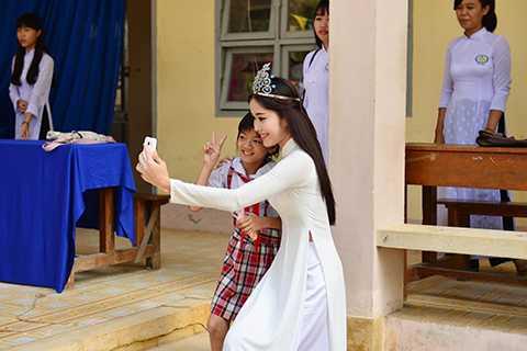 Đặc biệt, người đẹp mang số báo danh 206 của cuộc thi Hoa hậu Hoàn vũ Việt Nam 2015 còn nhí nhảnh