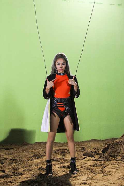 Nữ ca sĩ đã thực hiện những màn bay lượn của mình tại phim trường.