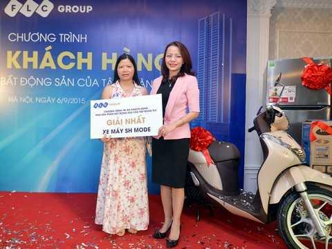 Bà Hương Trần Kiều Dung, Tổng giám đốc Tập đoàn FLC trao quà tặng may mắn là xe máy SH Mode cho khách hàng