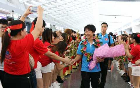 Thầy trò HLV Miura được CĐV Việt Nam tại Đài Loan chào đón ở sân bay Taoyuan. (Ảnh: VFF)
