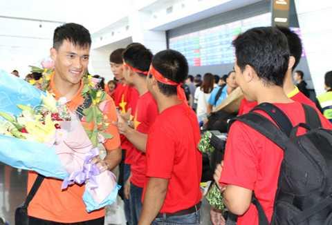 Đội trưởng Lê Công Vinh nhận hoa từ người hâm mộ Việt Nam tại Đài Loan