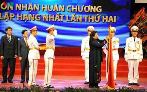 Thay mặt Lãnh đạo Đảng, Nhà nước, Phó Chủ tịch Quốc hội Tòng Thị Phóng gắn Huân chương Độc lập hạng Nhất lên lá cờ truyền thống của VOV