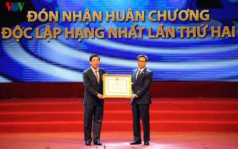 Thay mặt lãnh đạo Đảng, Nhà nước, Phó Thủ tướng Vũ Đức Đam trao Huân chương Độc lập hạng Ba cho Tổng Giám đốc VOV Nguyễn Đăng Tiến