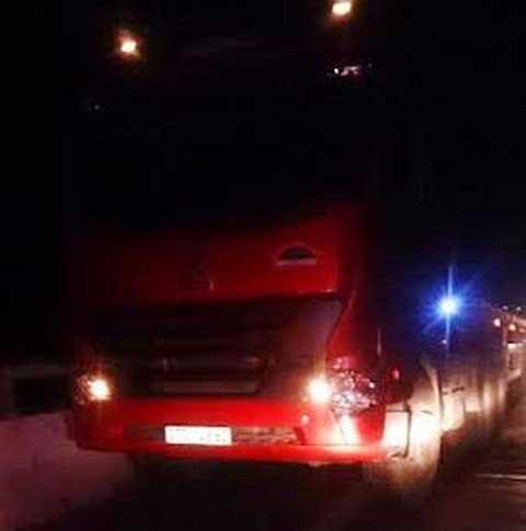 Chiếc xe container bỏ chạy khỏi hiện trường sau vụ tai nạn nhưng bị người dân chặn lại
