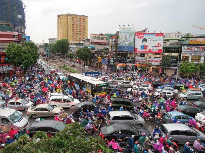 Tắc đường kẹt cứng ở Nguyễn Phong Sắc - Cầu Giấy - Trần Thái Tông. (Ảnh: Tuổi trẻ)