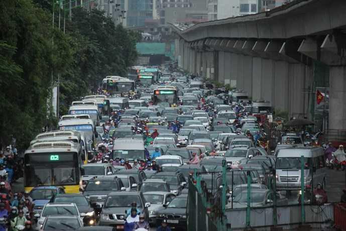 Đường Nguyễn Trãi ùn tắc nghiêm trọng. (Ảnh: TNO)
