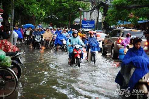 Các phương tiện dồn ứ, tránh khu vực nước ngập sâu