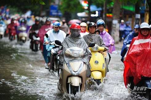Một số tuyến đường nước ngập lên cả vỉa hè, các phương tiện chấp nhận lao vào biển nước để lưu thông