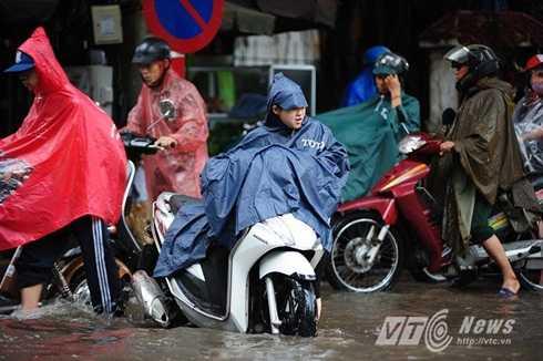 Vất vả đẩy xe chết máy dưới mưa lớn