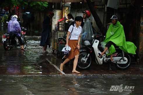 Nhiều người dân phải đi bộ, chân trần vượt qua các điểm ngập úng nghiêm trọng