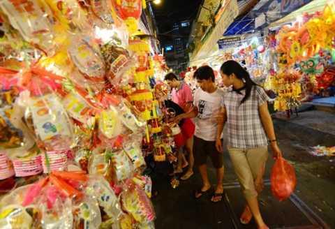 Trên đường Lương Nhữ Học (Q.5, TP.HCM) cửa hàng nào đèn lồng Trung Quốc cũng áp đảo đèn Việt Nam - Ảnh: Thanh Tùng