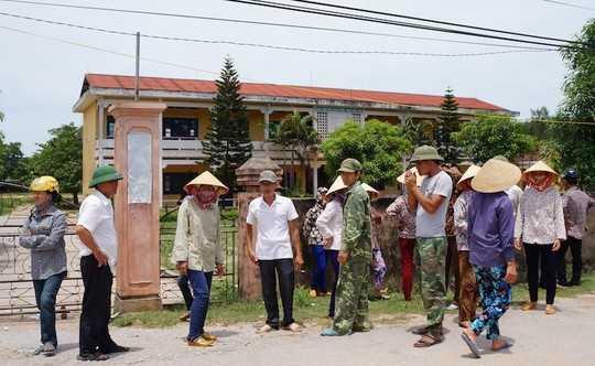 Nhiều người dân kéo lên UBND xã Nghi Thiết để phản đối việc sáp nhập trường.