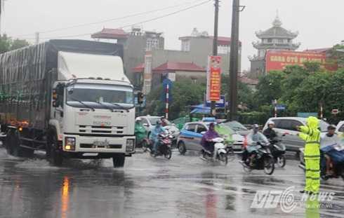 CSGT Hà Nội vất vả điều tiết giao thông dưới mưa lớn