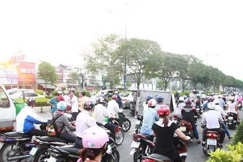 Ùn ứ, kẹt xe trên đường Trường Chinh, quận Tân Bình, TP.HCM