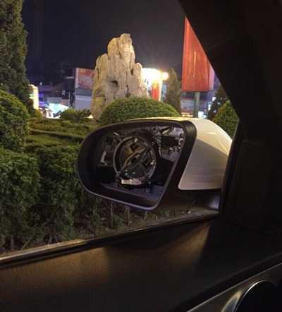 Mặt gương của xe Mercedes C200 bị trộm 'vặt' trong nháy mắt (Ảnh: FBNV)