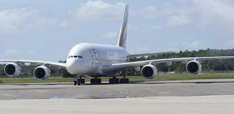 Giữ sức khỏe khi đi máy bay giúp cơ thể thích nghi với môi trường mới khi máy bay hạ cánh.