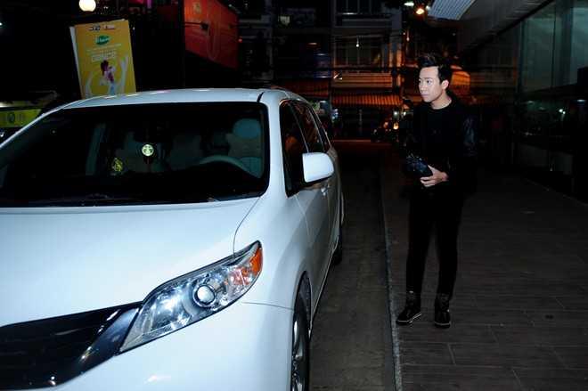 Trấn Thành trung thành với chiếc ô tô Toyota màu trắng sáng