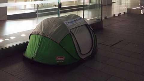 Nhiều người dựng lều bạt chờ iPhone ra mắt