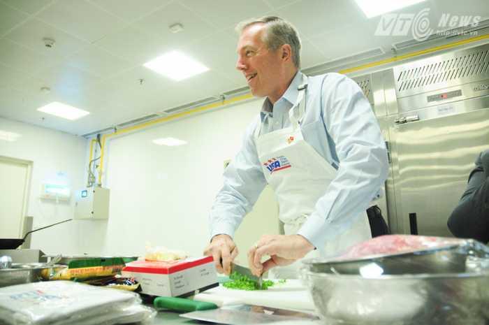Đại sứ Ted Osius băm rau thơm rất điêu luyện - Ảnh: Tùng Đinh