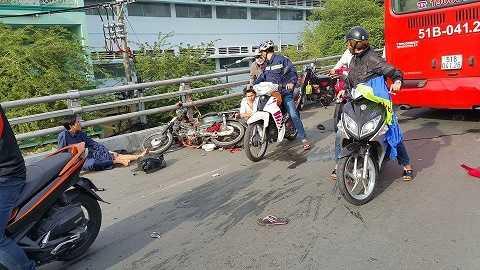 Nhiều nạn nhân cùng xe máy bị hất văng xa nhiều mét
