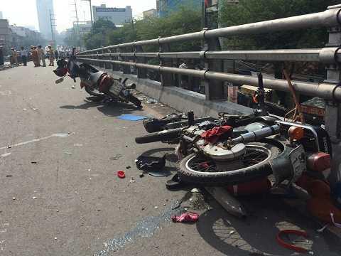 Nhiều xe máy bị xe tông nằm chỏng chơ, hư hỏng nặng