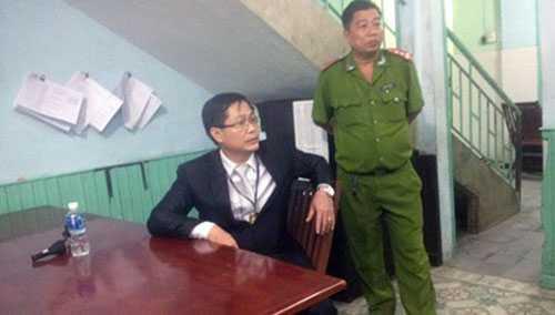 Ông Lê Hoàng tại Công an phường sau khi hất CSGT văng xuống đường.