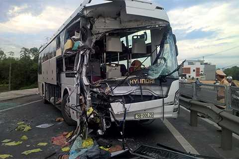 Chiếc xe khách biến dạng sau vụ tai nạn xe khách ở Quảng Nam