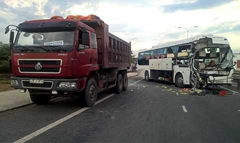 Hiện trường vụ tai nạnđâm xe, hơn 40 người thoát chết ở Quảng Nam