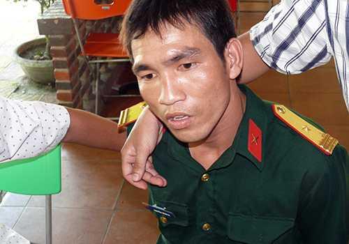 Nguyễn Đình Vi bị bắt quả tang khi đang mang trên mình bộ quần áo thiếu tá nhận tiền chạy án. Ảnh: Kim Thái.