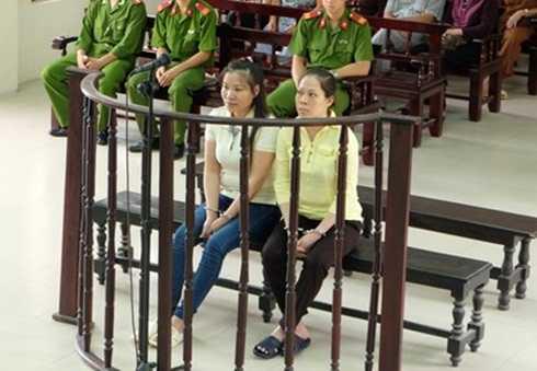 Hai bị cáo Phạm Thị Nguyệt (trái) và Nguyễn Thị Thanh Trang tại phiên tòa