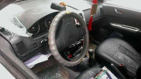 Chiếc xe của nhà báo Nguyễn Ngọc Quang bị đập vỡ cửa kính