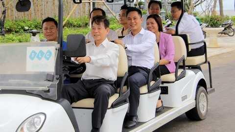 Nguyên Chủ tịch nước đích thân cầm lái xe điện đi thăm Quần thể du lịch nghỉ dưỡng sinh thái FLC Sầm Sơn