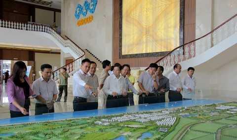 Nguyên Chủ tịch nước nghe giới thiệu tổng quan về FLC Sầm Sơn thông qua sa bàn