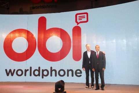 Ứng dụng bảo hiểm trên điện thoại thông minh sẽ được cài trênObi Worldphone (trong hình: Ông John Sculley – Đồng sáng lập OBI Worldphone và ông Chung Bá Phương – Tổng Giám Đốc Generali Việt Nam)