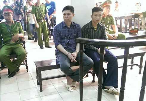 Bị cáo Nguyễn Mạnh Tường (trái) tại phiên tòa